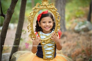 Mirror mirror on the wall, snow white childs photos by portrait photographer Melissa Landres